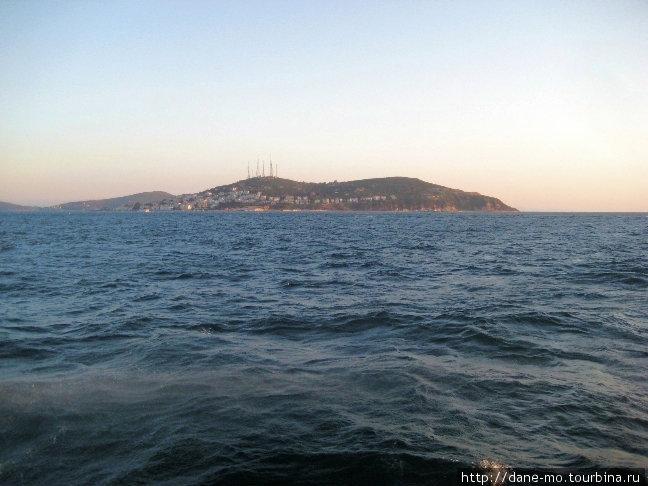 Это те самые Принцевы острова, они видны из Стамбула.