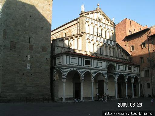 Фасад собора; башня в кадр не влезла