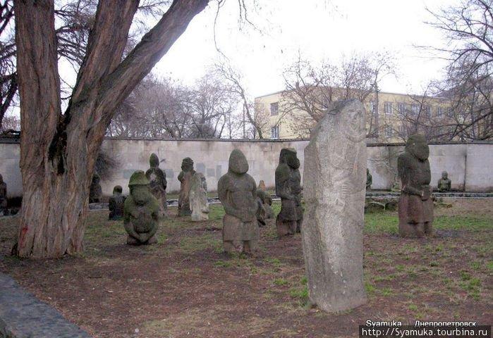 Каменные бабы — это официальное название древних каменных человекообразных статуй, изображающих в большей мере женщин.