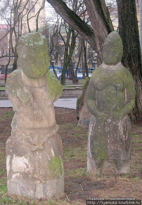 Даже трудно представить, сколько этим статуям лет,  кто их автор, и как складывалась их жизнь...