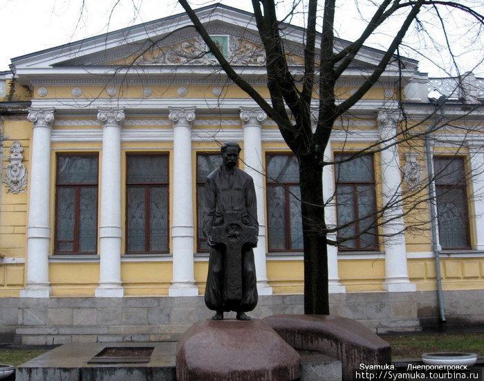 Памятник Д. И. Яворницкому у здания музея.