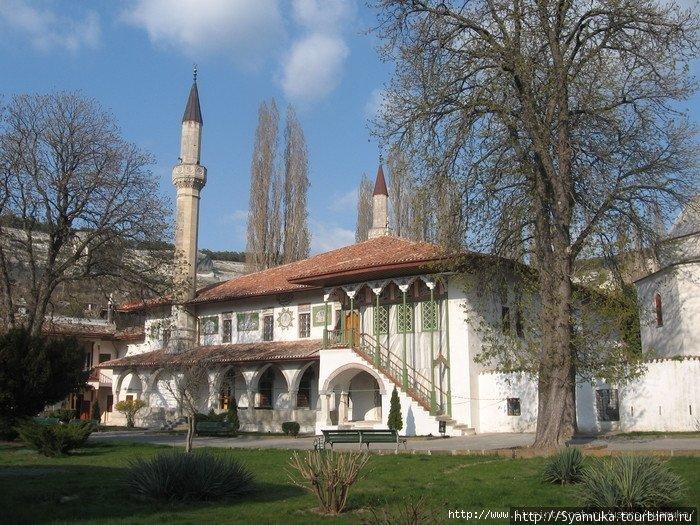 Большая Ханская мечеть. Первое здание Ханского Дворца.