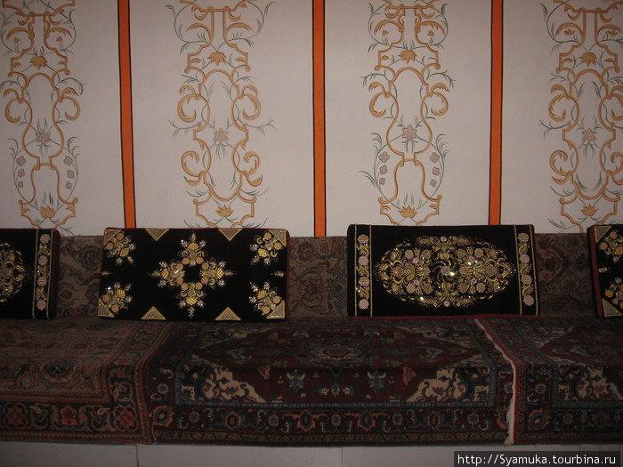 Диванный зал, где хан вместе с баями обсуждали наболевшее.