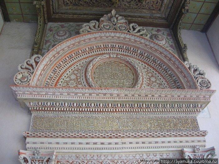 Портал Демир-капы (парадная дверь). Помимо орнаментов (цветы, листья, монеты, жемчуг) здесь есть две надписи на арабском языке.