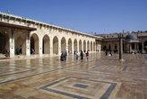 Огромный двор — в мечети Омейядов.