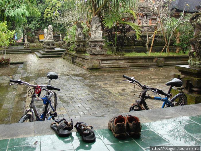 Пережидаем дождь под крышей храма