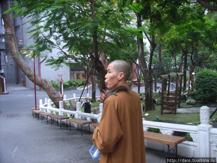 Монахиня с белкой