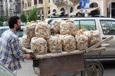 Торговец картошкой с тележкой
