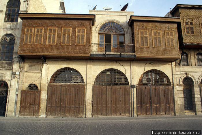 Старый двухэтажный дом в центре Старого города