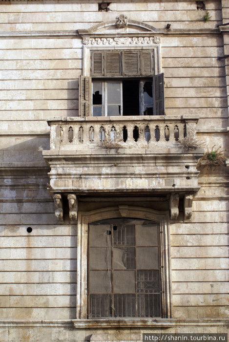 Окно и балкон — наследие французской оккупации