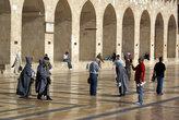 Туристы в мечети Омейядов. Туристам-женщинам можно входить только в специальных серых балахонах.