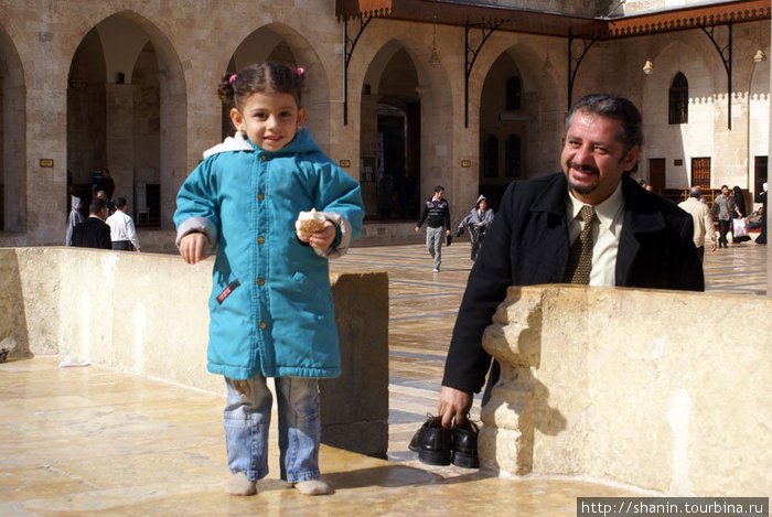 Отец с дочерью во дворе мечети Омейядов