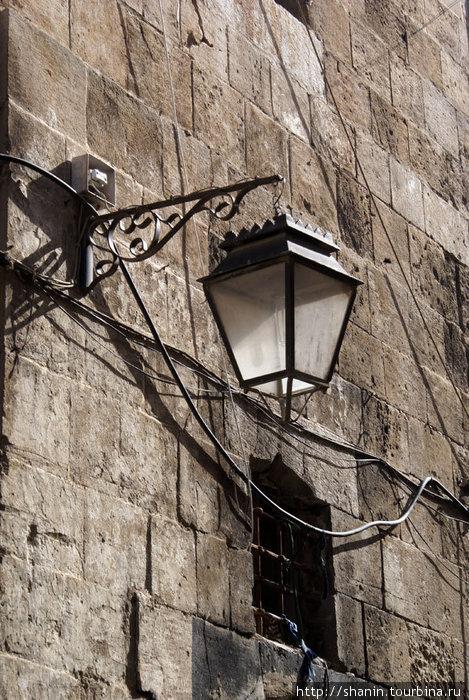 Фонарь на стене