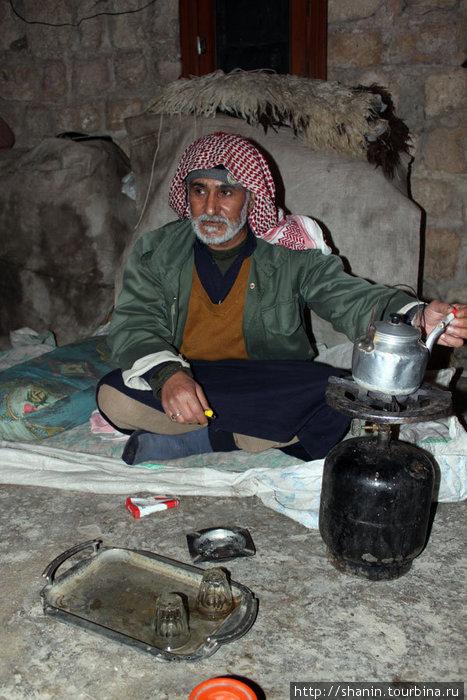 Старик охранник в своей маленькой сторожке угощает чаем