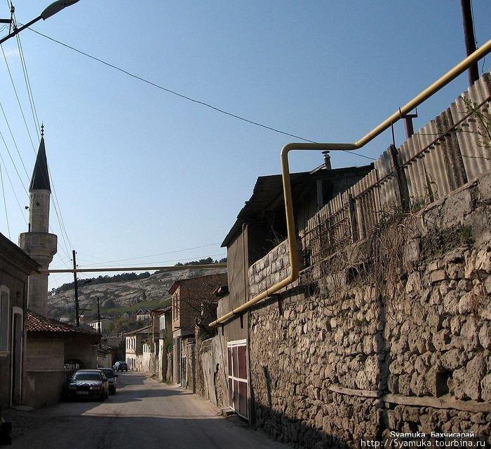 Бахчисарай характерен узкими улочками без тротуаров и малоэтажной застройкой.