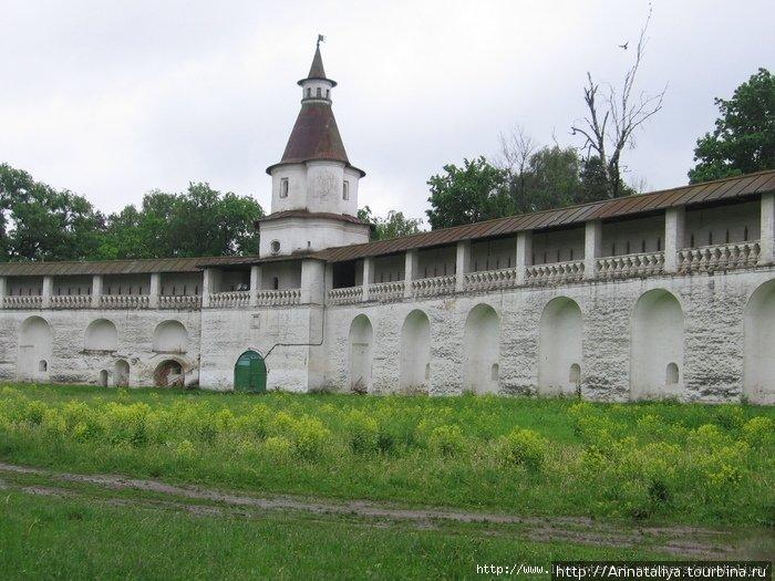 На стены монастыря сейчас можно подниматься. Их высота 9 метров, а ширина — три! Снегири, Россия