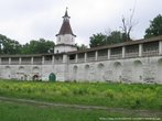 На стены монастыря сейчас можно подниматься. Их высота 9 метров, а ширина — три!