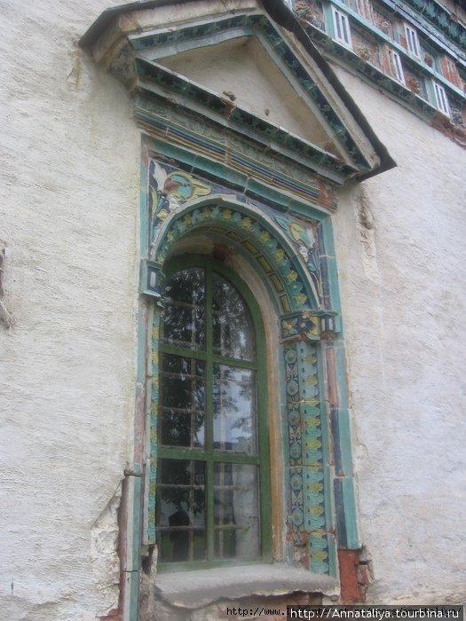 Изразцы в украшении окна Снегири, Россия