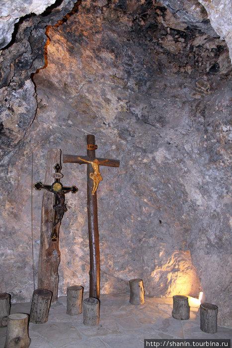 Кресты в пещере в монастыре Святого Антония