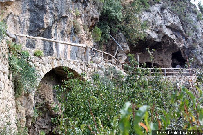 Пещера у монастыря Канноубин