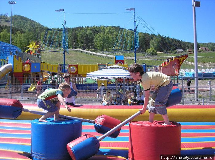 Летом работает детская площадка