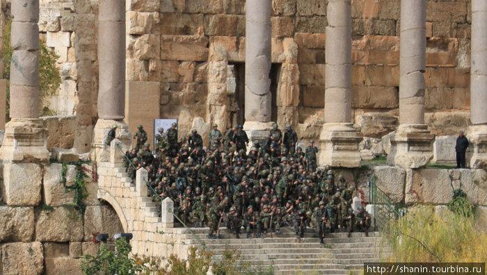 Солдаты на ступенях храма