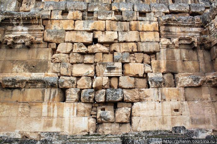 Пролом в стене заделали камнями