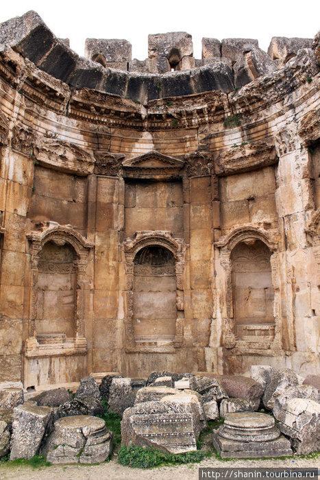 Ниши в первом дворе храмового комплекса