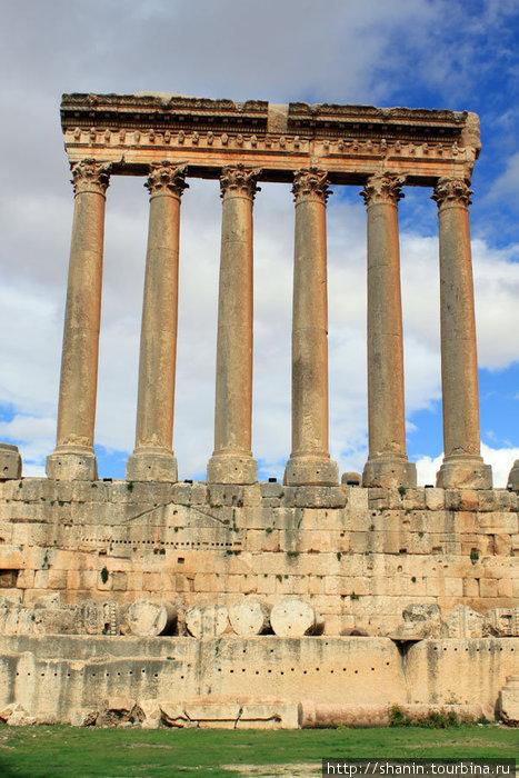 Колонны и основание храма Юпитера