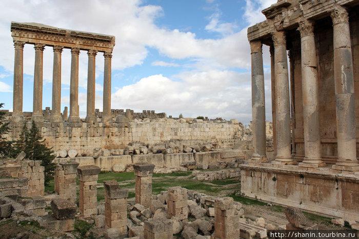 Колонны храма Юпитера и храма Бахуса