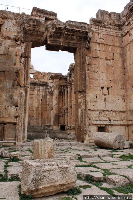 Вход в храм Бахуса