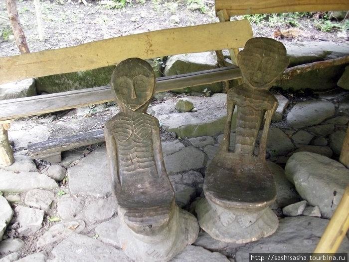 Своеобразные стулья, изготовленные местными жителями