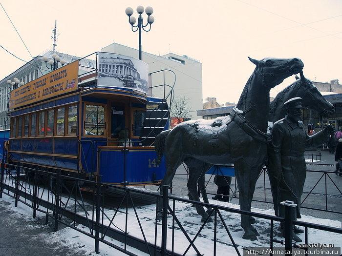 Памятник конке у метро Василеостровская