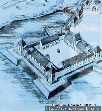 Замок представляет собой квадрат с четырьмя прямоугольными башнями по углам и одной надвратной башней со стороны площади.
