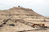 Нефтяные трубы возле самой высокой вершины Бахрейна — у подножия Джебель-ад-Дукхан (Гора дыма, 122 м).