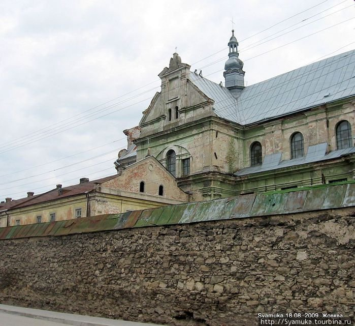 В восточной части средневекового города, недалеко от площади, расположился Доминиканский монастырь.