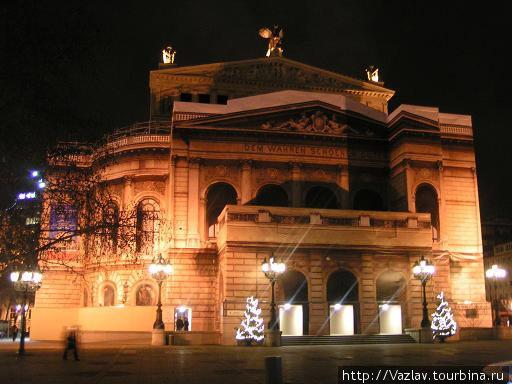Здание Оперы в подсветке