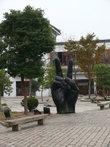 В одном из двориков установлен памятник двупальцевому фотографированию.