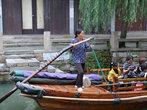 Сейчас на лодках катают туристов. Гребцы и гребчихи исполняют народные песни за отдельную плату.