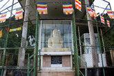 Статуя Будды за стеклом