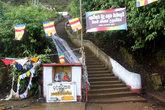 Будда, флаги и ступени