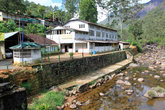 Гостиница для паломников на берегу реки у основания Пика Адама