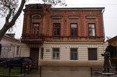 Дом Фаины Раневской. Ее окна с балкончиком. Теперь эту квартиру занимает какая-то другая семья.