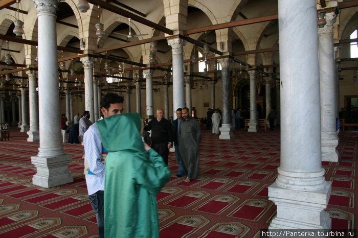в мечети туристкам выдают такой вот бесформенный балахон