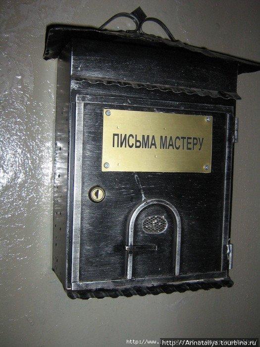 Такой почтовый ящик висит на подъезде перед входом.