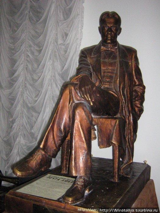 Памятник Булгакову в комнате, куда нас пустили.