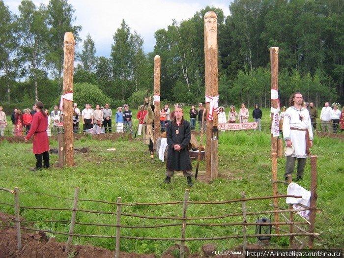 . На полянку, обозначенную четырьмя столбами, (это было Капище с установленными  на нем чурами Родных богов) вышли главные