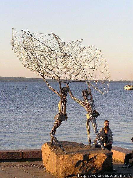 Многие скульптуры на набережной необычны, авангардны. Эта скульптура называется
