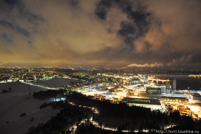 Виды на ночной зимний Стокгольм с телебашни.