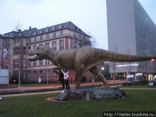 Динозавр перед входом